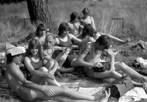 Junge Leute im Strandbad | Young people at a lido