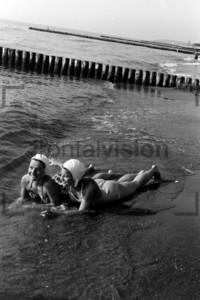 Frauen schwimmen im Meer
