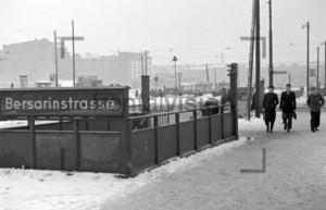 U-Bahnhof Besarinstrasse Warschauerstr Stalinallee | Subway station Bersarinstrasse Crossing Warschauerstr Stalinallee