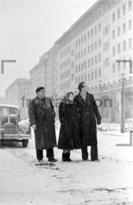 Stalinallee im Schnee Winter Berlin 1951 Block C Südseite