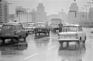 Strassenverkehr Regen Ostberlin | Traffic Rain East Berlin