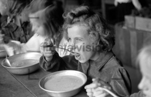 Kind isst Suppe | Girl eating soup