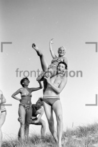 Junge Menschen Akrobatik am Strand | Young People fun at the beach