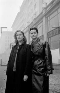 Jugendliche unterwegs auf Stalinallee Berlin 1952