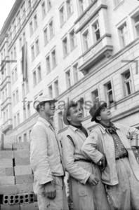 Lachende Arbeiter vor dem Block E Stalinallee Baustelle 1951