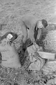 Bauer auf dem Feld mit Sack