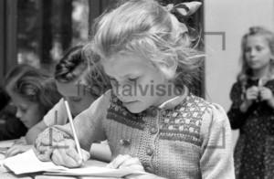 Maedchen schreibt | Girl writing