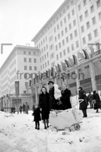 Familie Einzug Gebäude Stalinallee 1953