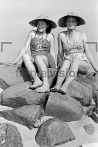 Frauen am Strand von Hiddensee 1956